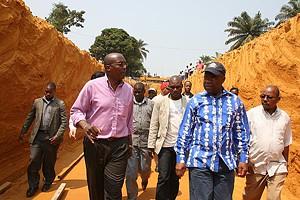 Governador Mawete João Baptista (à direita) quando percorria uma ravina que está agora a ser transformada em estrada