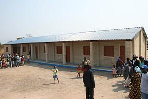 Vista frontal da escola primária construída na aldeia Pira-Kungo com capacidade para albergar 400 alunos