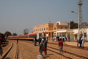 Populares numa das estações da via ferroviária Luanda/Malange a presenciarem a chegada do comboio