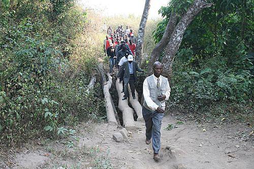 Aqui é visível o estado de avançada degradação da via de acesso entre a sede do Kuimba e a Serra da Kanda