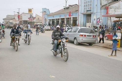 Vista de uma rua da cidade do Uíge onde os kupapatas dão cartas e são os meios de transportes mais utilizados