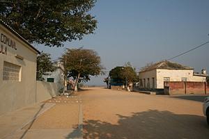 Vista de uma rua da bem arrumada e limpa sede da da comuna da Ngangula que se projecta como um bom lugar para viver