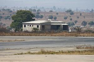 A ousadia sem limites levou um cidadão a construir esta residência mesmo quase em cima da pista do aeroporto