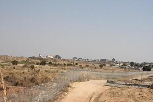 As construções anárquicas estão situadas tanto dum lado como do outro da vedação do aeroporto
