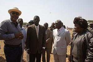O governador da província (à esquerda) com o administrador municipal (ao centro)