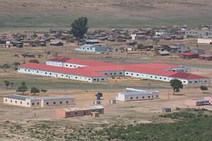 Pormenor da sede municipal de Mavinga com as instalações policiais em primeiro plano
