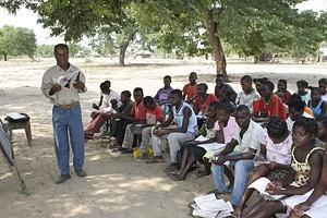 A escassez de salas de aulas faz com que alguns alunos estudem debaixo de árvores