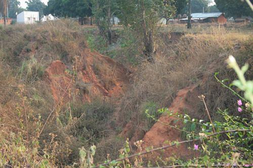 As autoridades estão preocupadas com a chegada das chuvas que podem aumentar a dimensão das ravinas