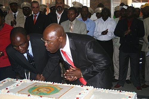 Momento em que o vice-governador Eliseu Epalanga (à esq.) e o administrador Amaro Ricardo apagavam as velas do bolo da cidade