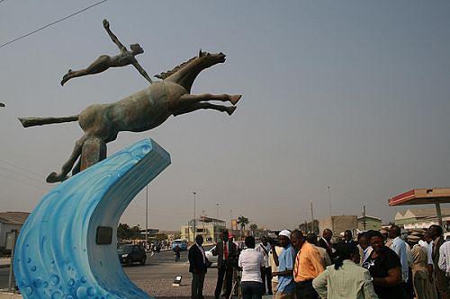 O monumento aos pioneiros da aviação foi transferido do aeroporto para um local com maior visibilidade pública