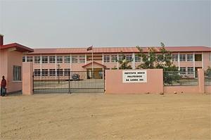 Ângulo exterior do Instituto Médio Politécnico da Lunda-Sul que lecciona vários cursos técnicos e tem muita aderência