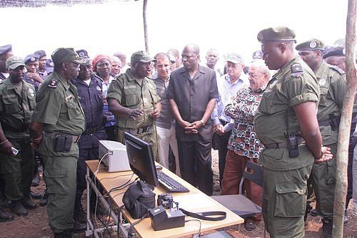 O ministro Ngongo e o vice-governador Muangala ouvem atentamente as explicações dos oficiais da Polícia de Guarda Fronteira