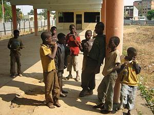 Vestidos de roupas  andrajosas e malcheirosas estes meninos vagueiam pelas ruas da cidade do Huambo  sem rumo nem destino