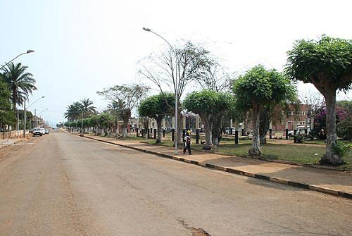A vila de Camabatela apresenta uma imagem condizente com o seu estatuto de sede de um município com grande potencial económico