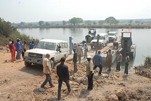 Momento em que as viaturas da comitiva do governador do Kuando-Kubango transportadas em jangada faziam a travessia do rio Kubango