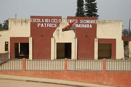 Fachada de uma das escolas ao serviço da comunidade estudantil golunguense