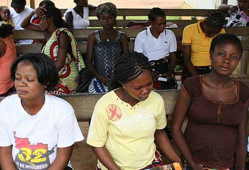 No Hospital Provincial do Zaire mulheres de várias idades aguardam pela consulta pré-natal