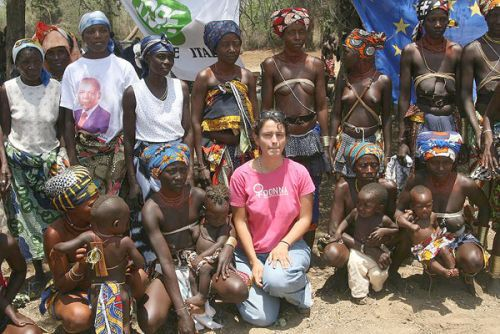 Responsável da ONG italiana com jovens mulheres mucubais de Capangombe