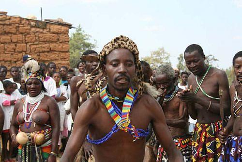 Mucanda e companheiros satisfeitos com o ponto de água dançam a cambangula ao ritmo de instrumentos musicais tradicionais