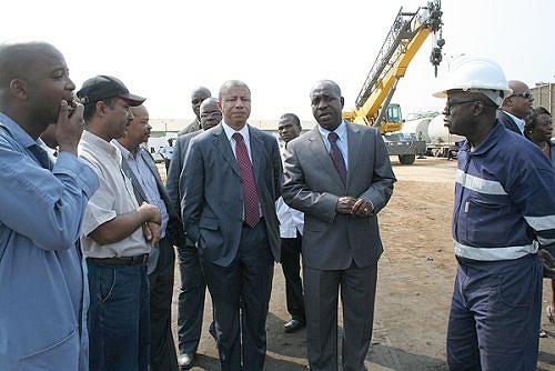 O Presidente do Conselho de Administração da ENE (no centro) verificou o funcionamento da empresa em Benguela