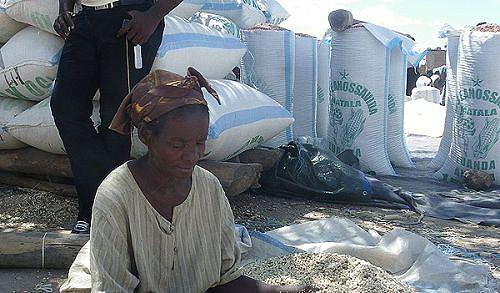No quintalão de vovó Joana Kamutale o milho é transformado em fuba para ser vendida nos principais mercados da região
