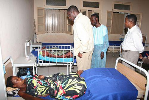 Momento em que o governador Pedro Sebastião visitava os doentes internados no actual Centro Médico do município
