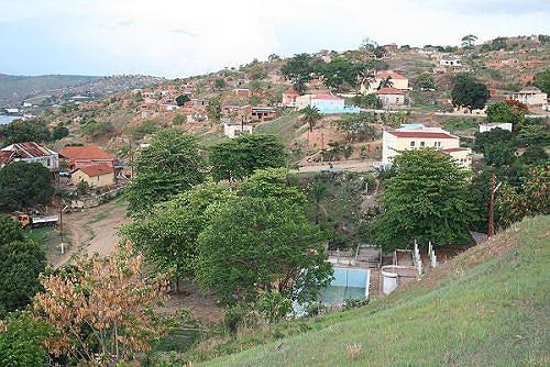 Vista geral da sede municipal do Nóqui situado no extremo nordeste da província do Zaire junto à fronteira com a RDC