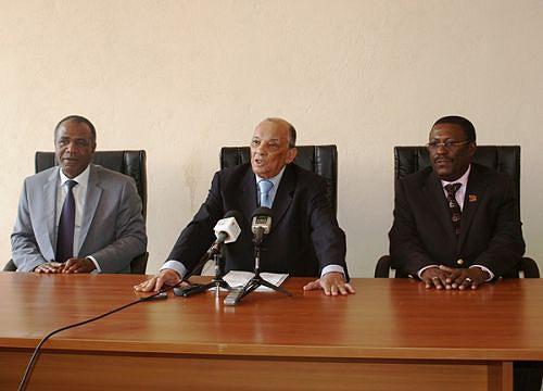 Vice-ministro da Justiça Alves Monteiro ladeado do governador da Huíla e do procurador-geral adjunto da República