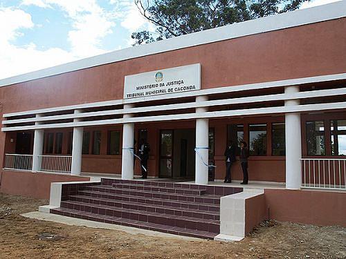 O Palácio Municipal da Justiça de Caconda dispõe de serviços de Conservatória e Notariado e de Identificação Civil e Criminal