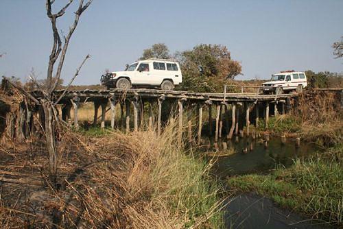 Velha ponte de pau a pique que em breve é substituída por outra de metal