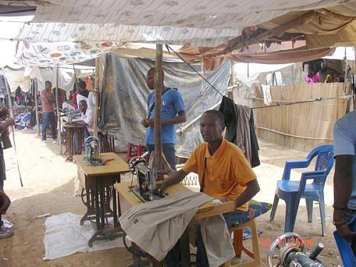 O maior mercado informal do Sumbe é um dos últimos grandes redutos dos profissionais da alfaiataria e da sapataria