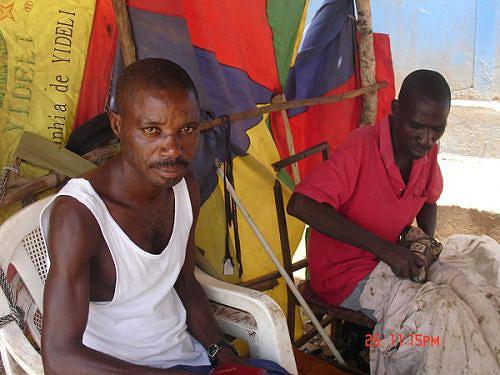 Paulino Joaquim (à esquerda) é um dos muitos ex-militares que trabalham por conta própria no mercado informal
