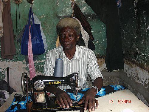 Manuel Panguila é um dos alfaiates mais antigos da cidade do Sumbe