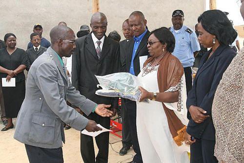 Governadora do Namibe Cândida Celeste está empenhada no combate à pobreza e apoia os antigos militares