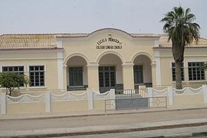 Fachada de uma escola recentemente reabilitada pelo Governo da província
