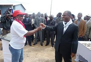 Momento em que o governador provincial da Huíla fazia a entrega das chaves a uma beneficiária do projecto
