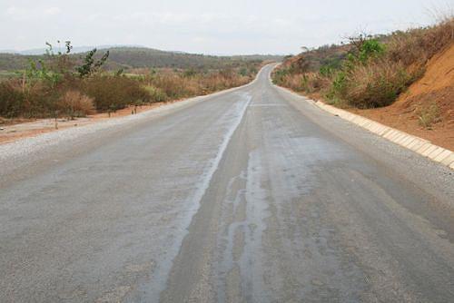 Cerca de 280 quilómetros da estrada que liga Mbanza Congo ao município piscatório do Nzeto recebeu novo asfalto e a circulação é boa