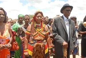 A rainha Mutango III e o marido durante a cerimónia de investidura que reuniu membros da comunidade e autoridades governamentais