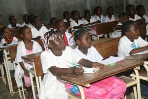 Alunos do ensino primário numa sala de aulas prestam atenção ao que o professor transmite