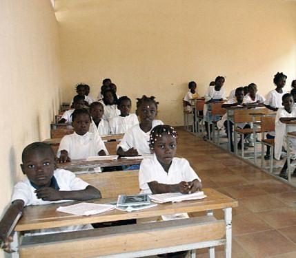 Em todo o país foram construidas novas salas de aula que permitiram o ingresso de milhares de alunos no sistema de educação e ensino