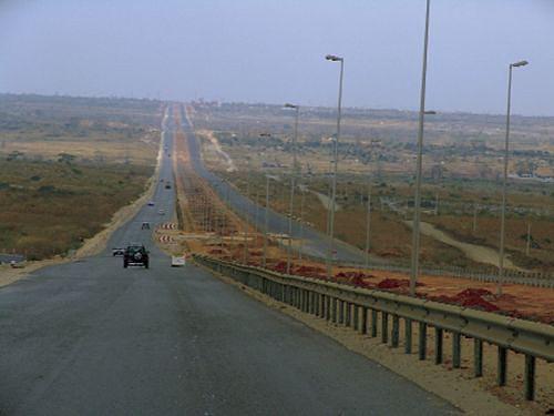 Milhares de quilómetros de estradas foram reabilitadas e construidas no país melhorando assim a circulação de pessoas e mercadoria