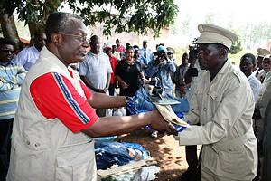 Governador Henrique Júnior procede à entrega simbólica de instrumentos agrícolas ao soba na comuna do Tango