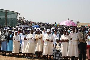 Crentes durante um culto na província do Huambo