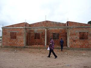 Escolas e casas geminadas estão a ser erguidas na sede da comuna e na aldeia de Tambwe