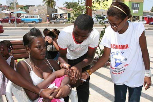 Através do melhoramento do saneamento do meio e da situação da vacina universal pode ser controlada