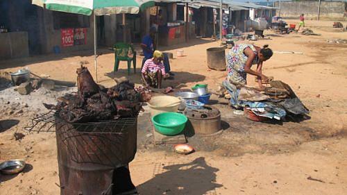 acTodos os dias chegam ao local muitos turistas para degustar alguns pratos da gastronomia angolana nas barracas improvisadas