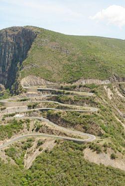 Os cursos de água que escorrem do topo da estrada surpreendem os transeuntes