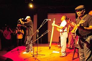 Sarau musical no Elinga Teatro juntou no Dia de África no mesmo espaço várias gerações de músicos