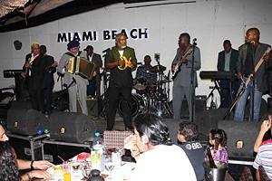 Grupo constituído por músicos dos anos setenta durante um espectáculo em Luanda