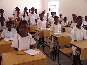 Construção de mais salas de aulas retira muitas crianças das comunidades rurais fora do sistema normal de ensino